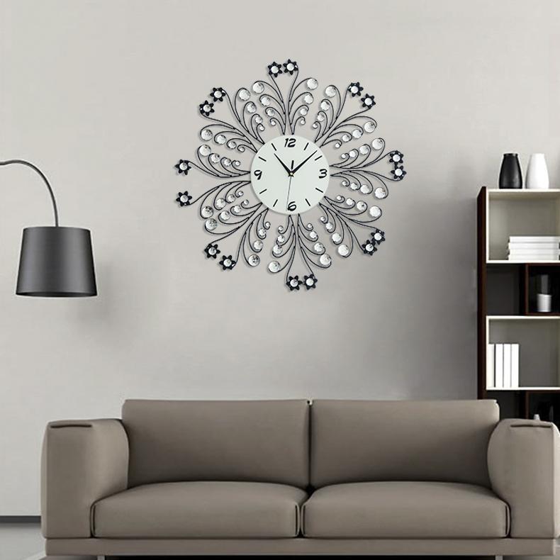 Đồng hồ trang trí cánh hoa đính đa pha lê cho không gian nhẹ nhàng sang trọng