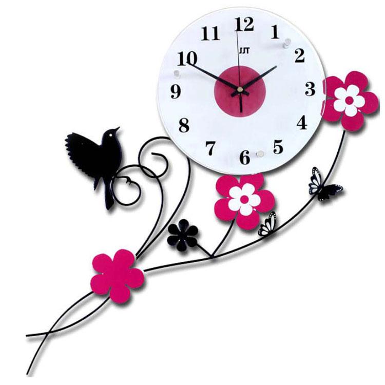 Đồng hồ hoa bướm và chim én tạo nên một không gian hài hòa và ấn tượng