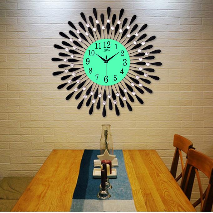 Đồng hồ treo tường hình chiếc lá và giọt sương phát sáng sẽ là điểm nhấn đặc biệt cho không gian nhà bạn BS60001