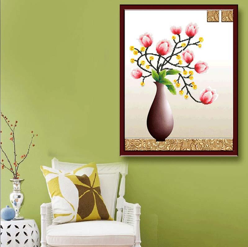 Tranh đính đá bình hoa lan sẽ tạo cho không gian nhà bạn trở nên sang trọng và ấn tượng hơn